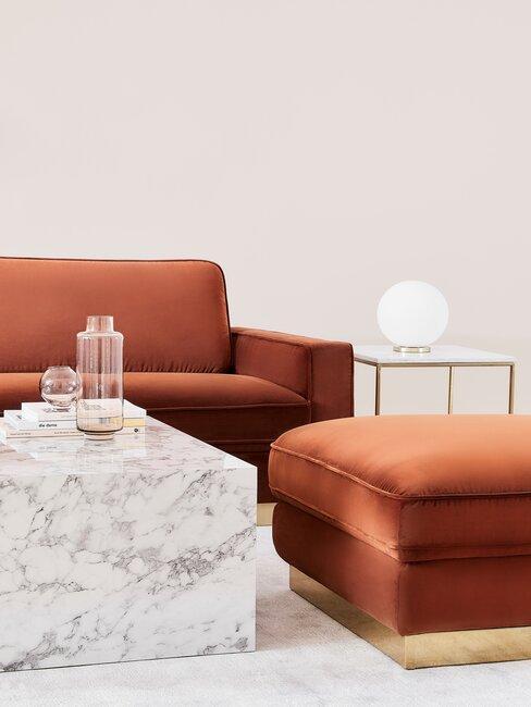 sofa terracota y mesa de mármol