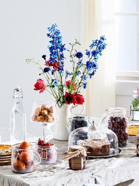 ramo de flores con alimentos en la mesa