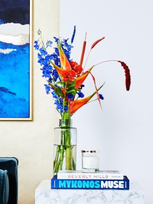 ramo de flores azul y naranja