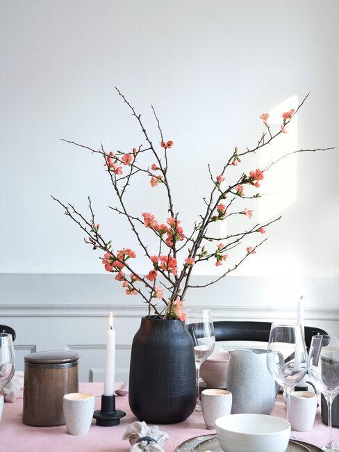 flor de cerezo en jarrón sobre mesa