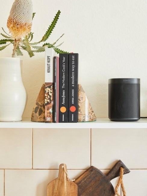 Estante en la cocina con libros y alexa