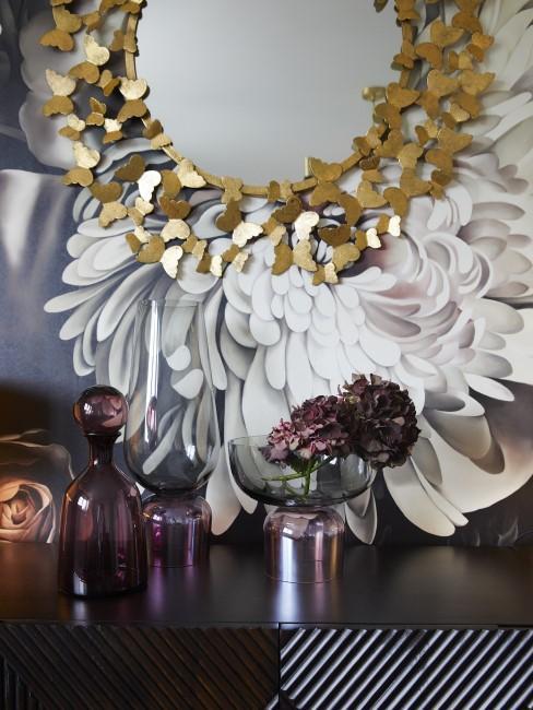 Pared pintada con flores y un espejo