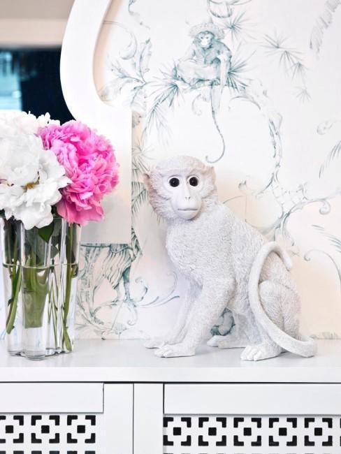 Hucha de un mono con fondo mármol blanco
