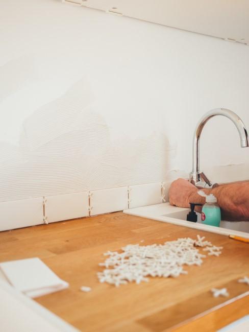 Arreglando un grifo de la cocina