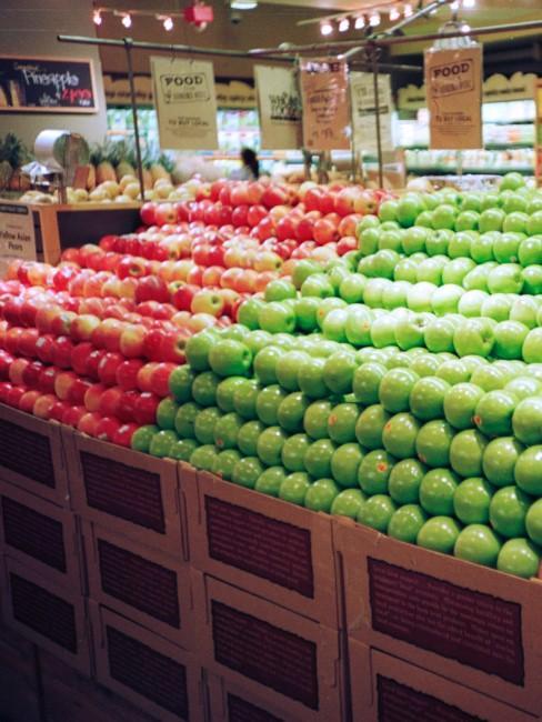 Manzanas rojas y verdes en el supermercado