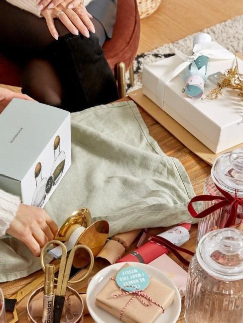 Envolviendo un regalo de salero y pimentero con tela
