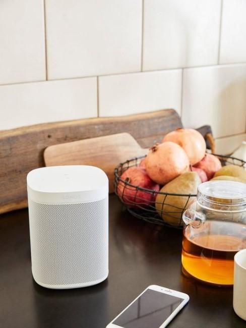 Movil con lista de la compra, fruta y miel