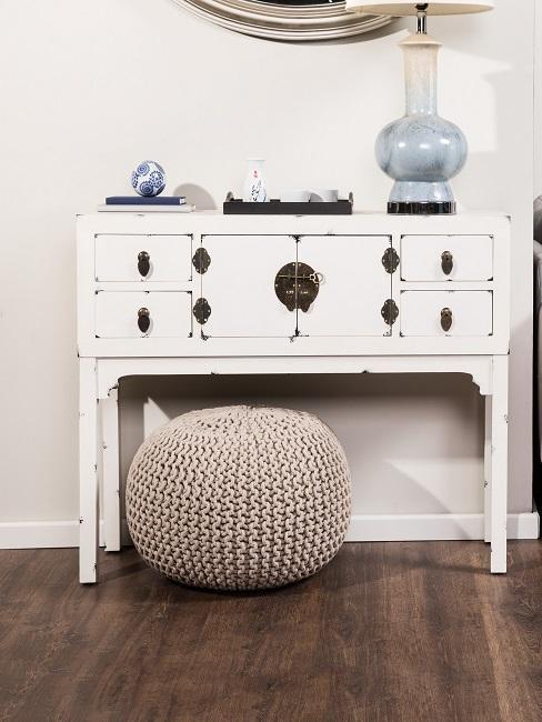 mueble blanco de madera desgastada y puf