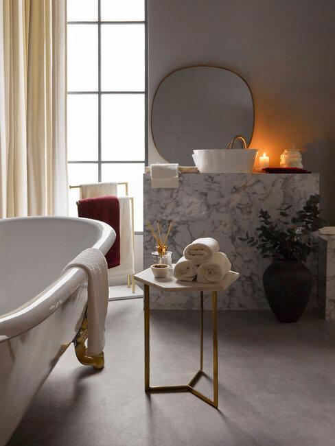 baño lujo con bañera de patas y mármol