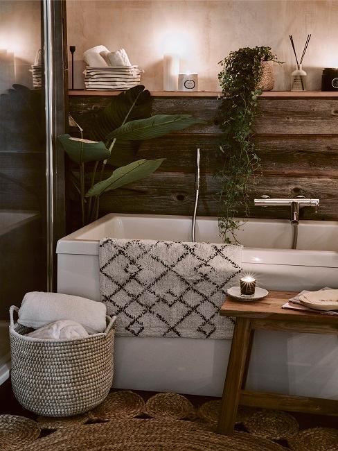 baño con bañera con madera y plantas