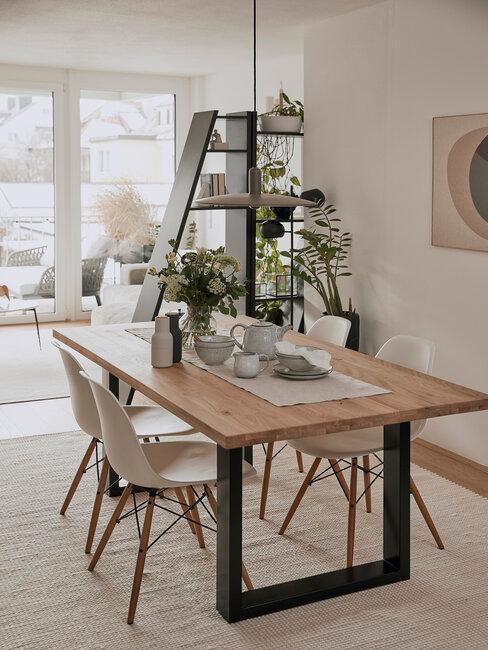mesa de comedor de madera natural y metal