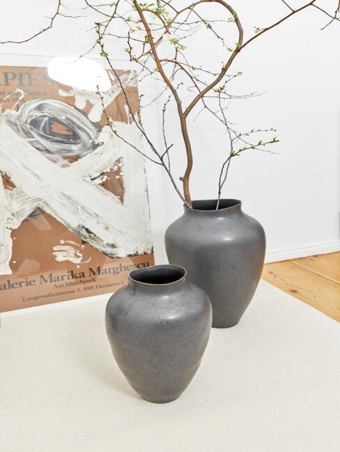jarrones grises con rama y cuadro