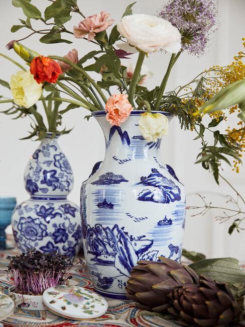 jarrón azul y blanco con flores