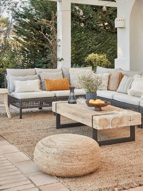 mubeles de exterior sofa mesa de madera naturral y puf y alfombra de ratán
