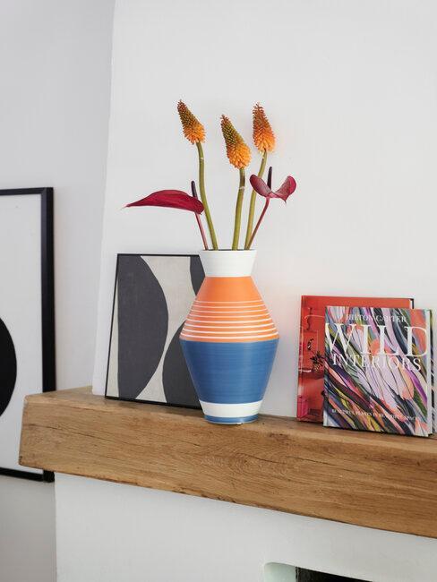 jarrón naranja y azul con flores