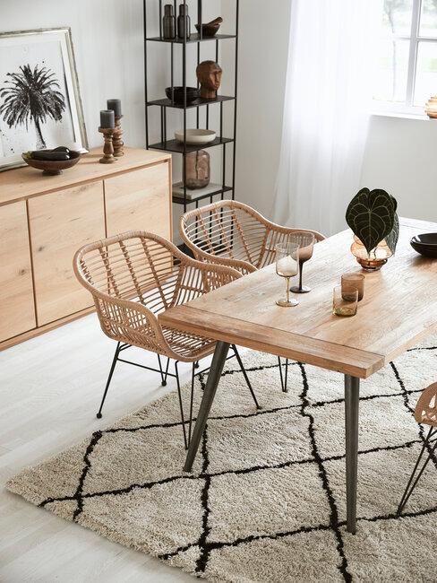 comedos con mesa y aparador de madera natural sillas de mimbre y alfombra