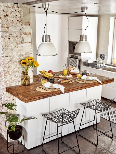 cocina blanca con encimera de madera natural