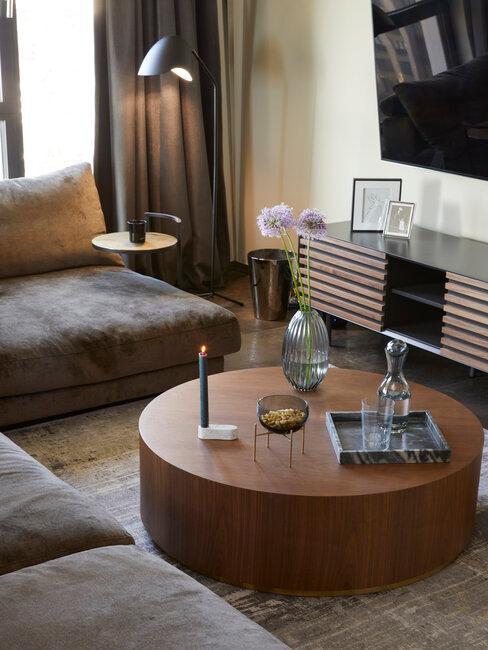salón con mesa de café de madera de nogal