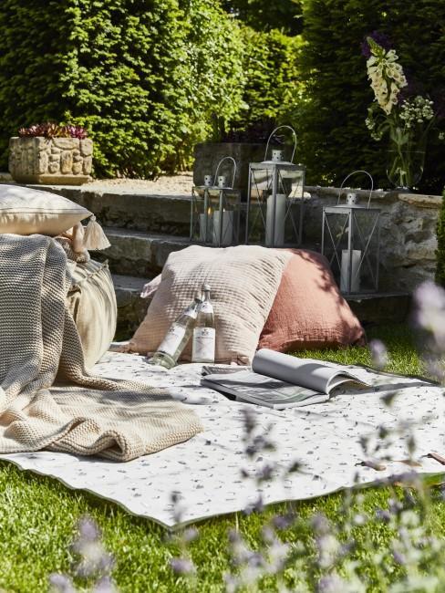 Alfombra en un jardín con cojines