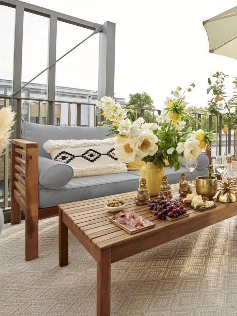 Mesa con un sofá para exterior
