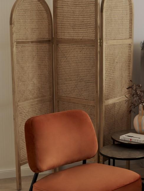 biombo con un sillón color cobre