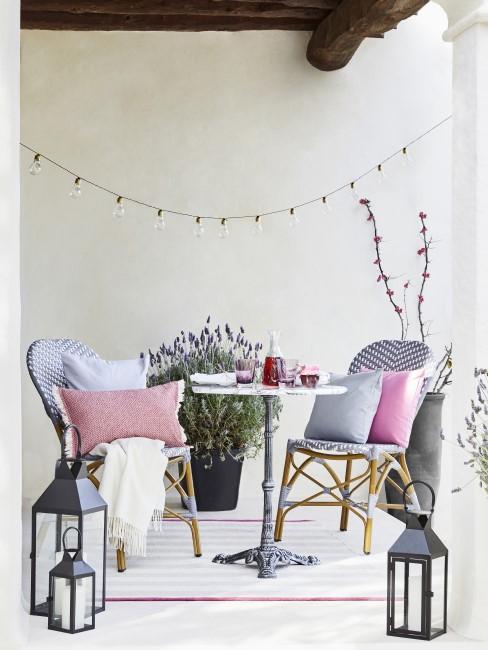 Terraza con dos sillas y decoracion como un interior