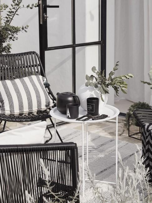 Terraza con decoración en blanco y negro
