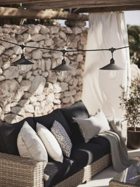Sofa de exterior con lámparas