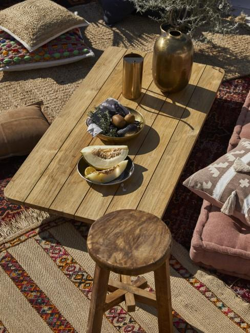 Terraza con una mesa de madera y muebles estilo rustico