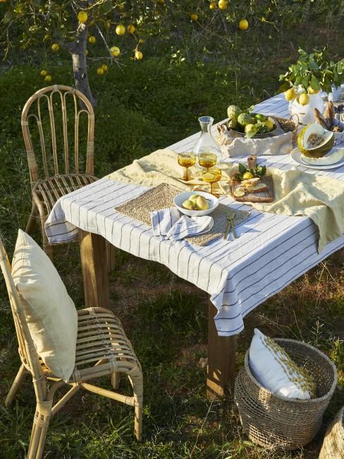 Mesa de comedor de exterior con sillas a juego