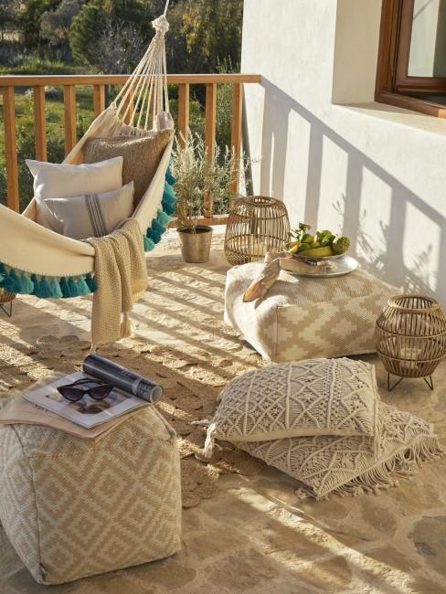 hamaca y mas textiles en un balcón