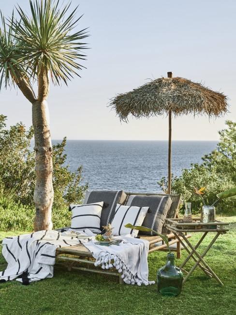Terraza con una sombrilla y vistas al mar