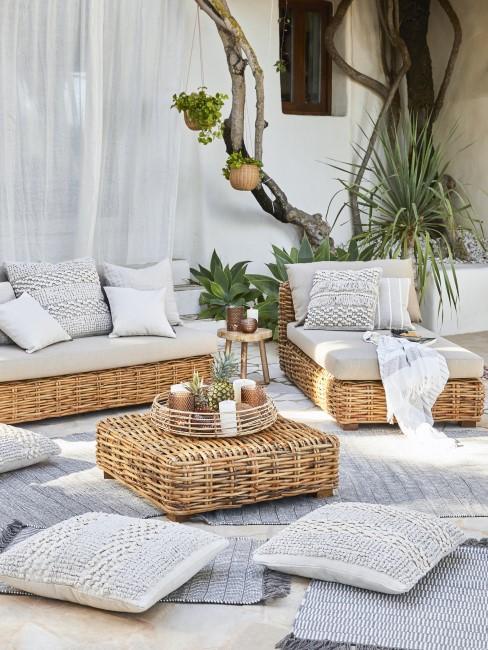 Terraza con un un set lounge y cojines