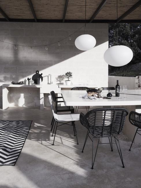 Terraza con decoración blanca y negra