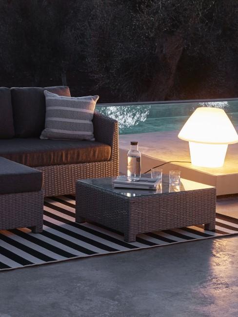 Terraza con iluminación y una lampara