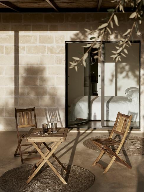 Mesa con dos sillas de madera en una terraza