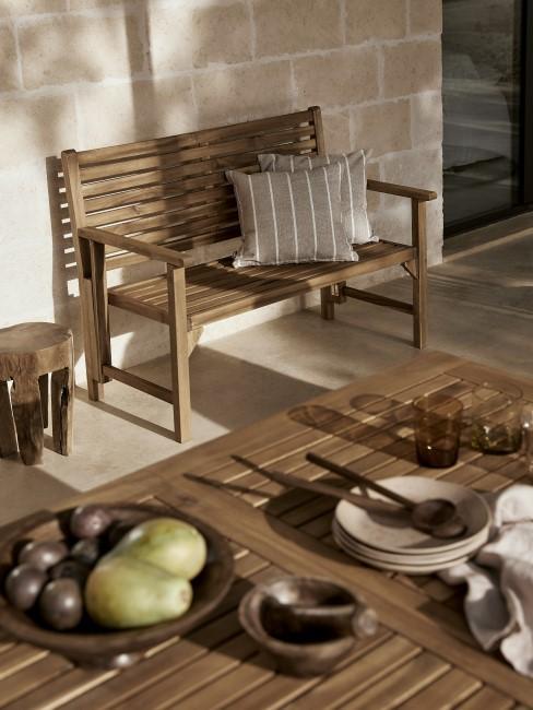 Terraza con un banco y una mesa de madera