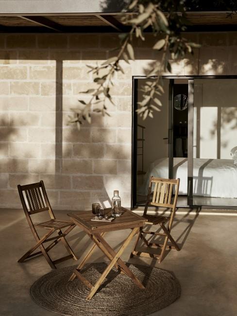 Sillas y una mesa para terraza o balcón