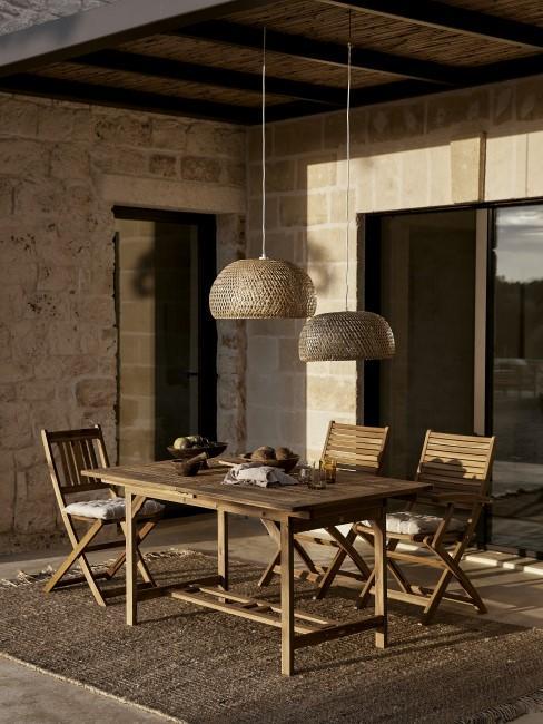 Terraza con dos lamparas de fibras naturales