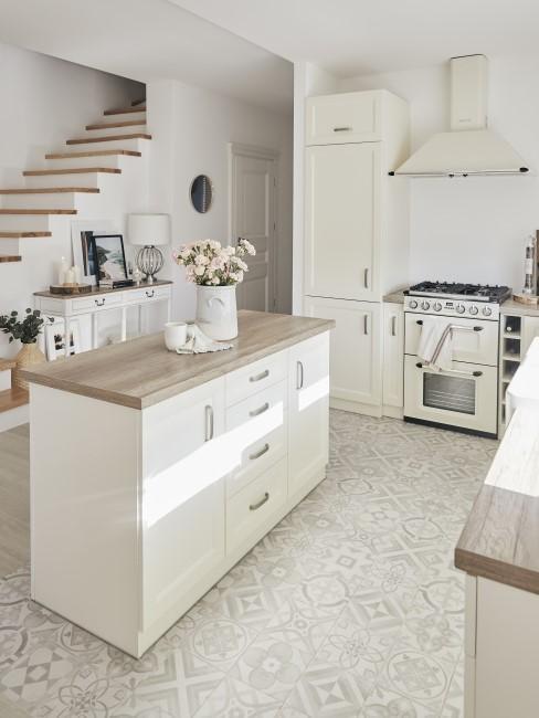 Cocina con el salón y la entrada en tonos blancos
