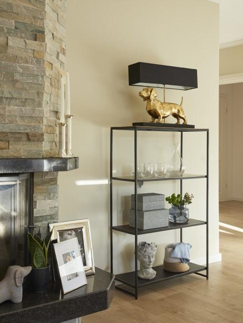 Consola en el pasillo con una lámpara de mesa de diseño