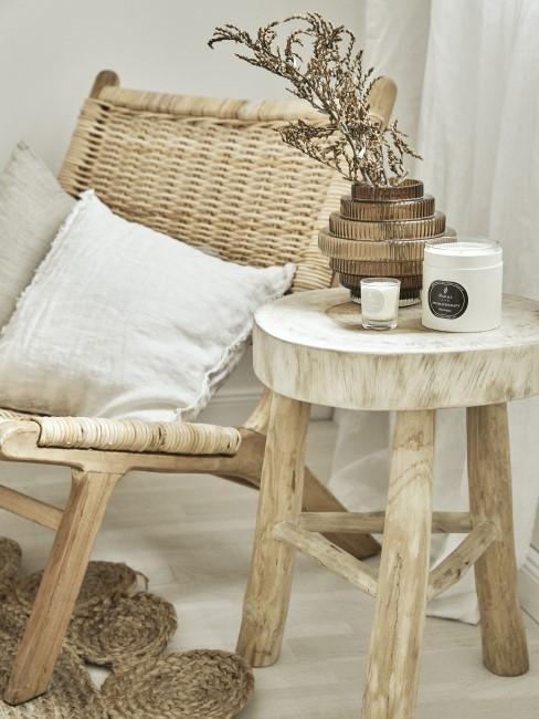 alfombra de mimbre sobre un sillón con cojines