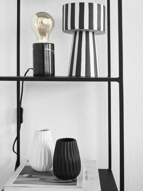 Estante con lámparas modernas en blanco y negro
