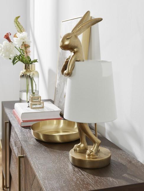 Lámpara en forma de conejo en una cómoda de madera