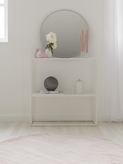 Entrada minimalista con un espejo y un estante