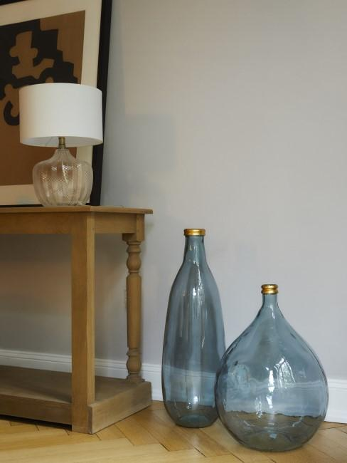 Entrada con dos jarrrones de suelo de vidrio soplado artesanalmente