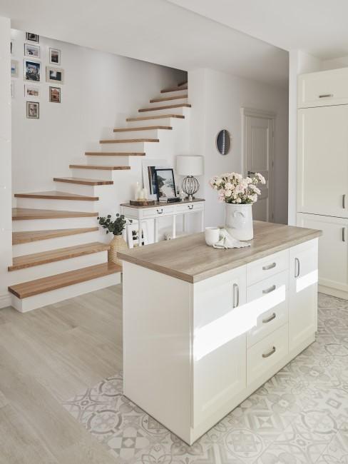 Cocina blanca integrada con la entrada