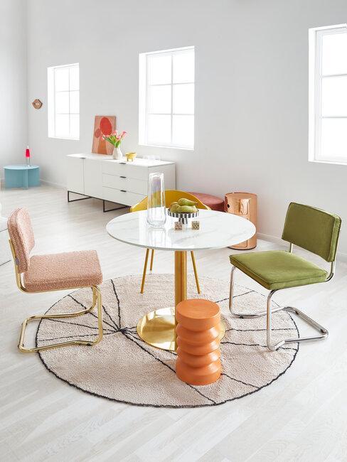 comedor blanco con sillas de colores