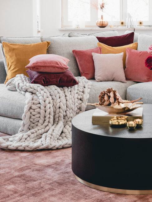 sofa con cojines rosas y amarillos