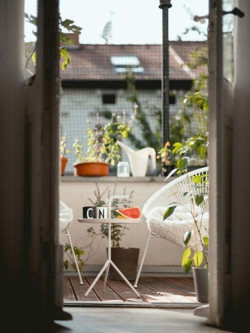 Balcon con sillas blancas y mesita